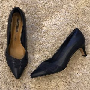 """Clarks """"Crewso Madie"""" Navy Leather Pumps NWT 6.5W"""